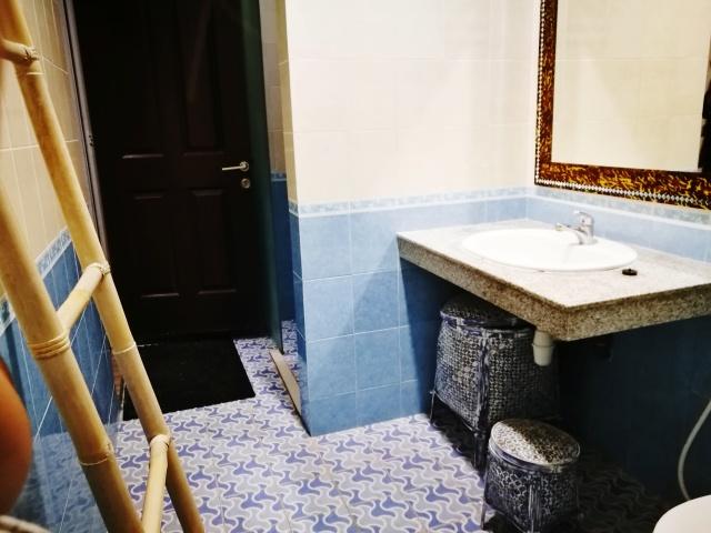 hostel bath.jpg